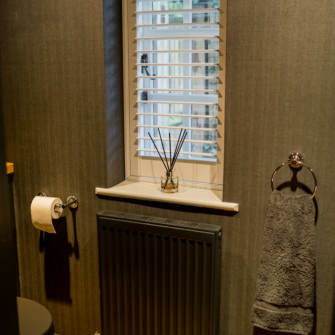 Made to measure wooden venetian blind with fabric wallpaper